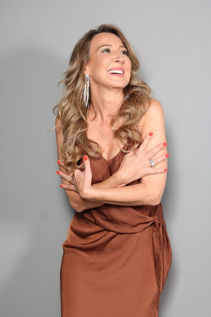 Modelo feminina senior para televisão e publicidade